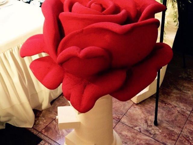 Роза на постаменте